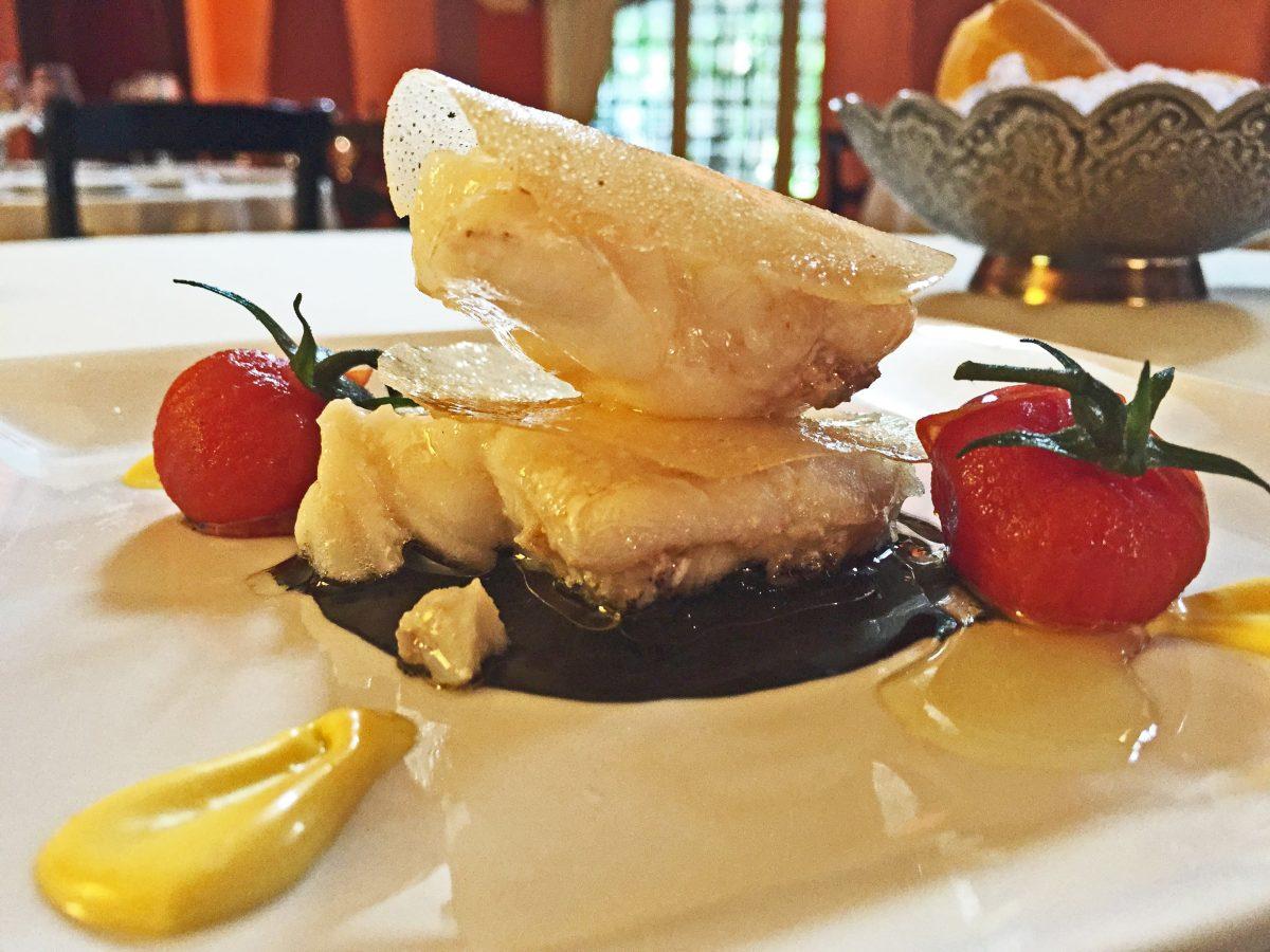 Catering bodas Sevilla: Recetas de catering: Milhojas de rape con salsa de anémonas negras y alioli de azafrán para tu boda